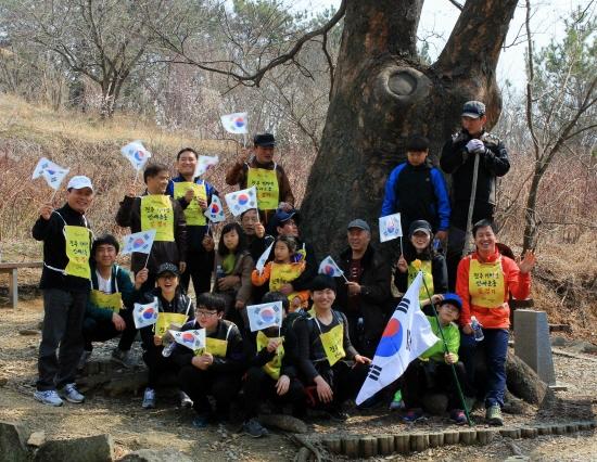 300여 년의 당산나무 <진주 봉래동 느티나무>에서 점심을 먹은 뒤 기념사진을 찍었다.