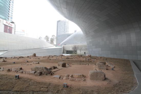 동대문운동장 터에서 발굴된 하도감과 염초청 유구. DDP가 건설된 동대문운동장 터에서는 성곽 123m와 이간수문, 조선시대 군사시설인 하도감돠 염초청의 유구 3000여점이 발굴됐다. 이곳에서 발굴된 유구들은 본래 위치에서 보존되지 못하고 성곽 밖으로 옮겨졌다.