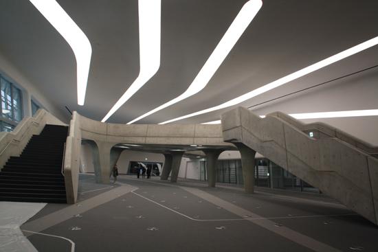 DDP 살림터 내부 모습 서울디자인재단에 따르면 DDP 살림터는 디자인 사업화 비지니스 풀랫폼으로 운용될 것이라고 한다. 설계자 자하 하디드가 특별하게 애착을 보인 내부 육교가 보인다.