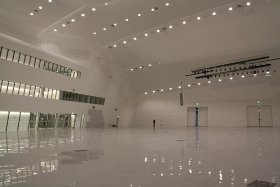 알림터 내부 모습 DDP의 가장 큰 공간인 알림터는 패션쇼, 공연, 국제회의장 등의 용도로 사용될 것이라고 한다.