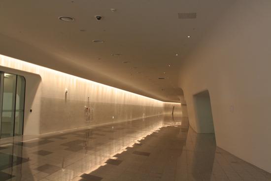 복도를 이은 DDP 둘레길 설계자 자하 하디드의 컨셉트에 따라 DDP의 외관은 회색, 내부는 흰색으로 칠해졌다. 내부의 흰색은 색감을 유지하기 위해 3~4개월 마다 도색을 해야 한다.