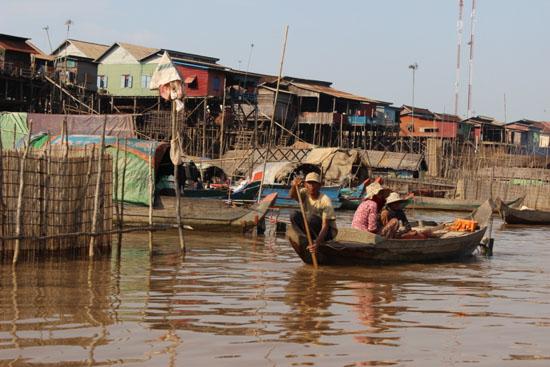 이 어촌마을 사람들은 집집마다 최소 1대 이상의 작은 나룻배를 가지고 있다.