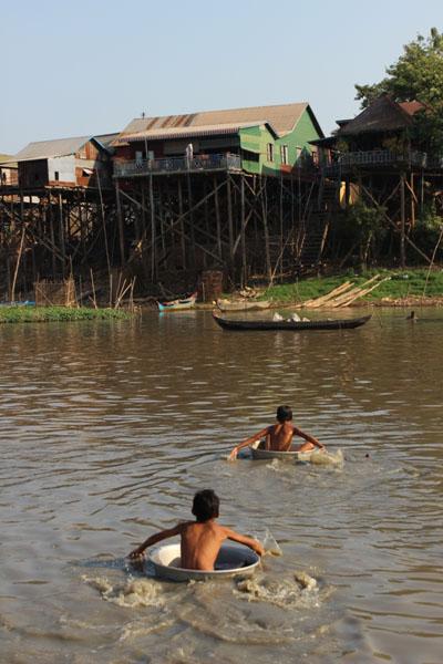 강 건너 학교가는 길에 몇 년 전 새로 다리가 놓였는데도 간혹 재미삼아 양은 대야를 타고 학교에 가는 아이들의 모습.