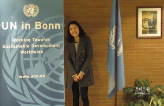 독일 본에는 유엔봉사단에서의 기자. 이곳에는 유엔봉사단외에도 여러 다양한 유엔기구들이 있다. 건물 입구에는 반기문 유엔 사무총장 사진이 걸려있다.
