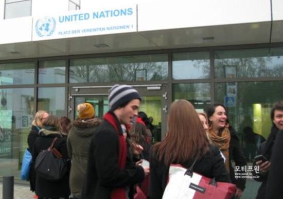 본 유엔본부에 들어가기 위해서는 공항에서 거치는 보안심사와 같은 심사를 거쳐야 한다. 보안심사를 거치기 위해 줄서 있는 유엔청년봉사자들의 모습.
