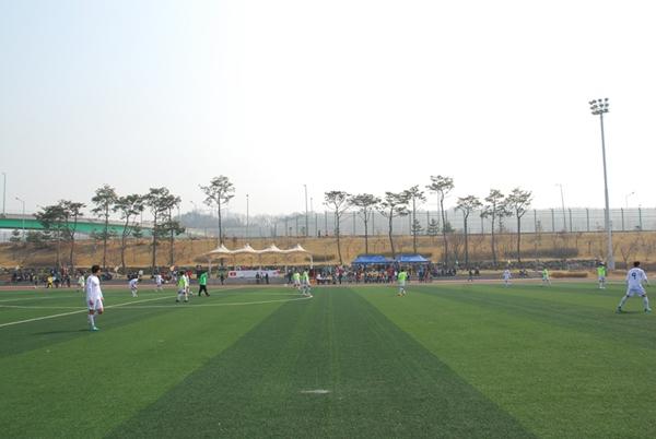 축구경기 키르키즈스탄의 사람들이 축구경기를 하고 있다