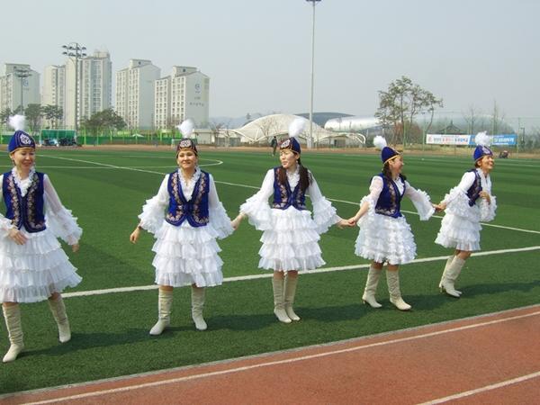 전통춤 키르키즈스탄의 전통의상은 입은 여인들이 전통춤을 선 보이기도