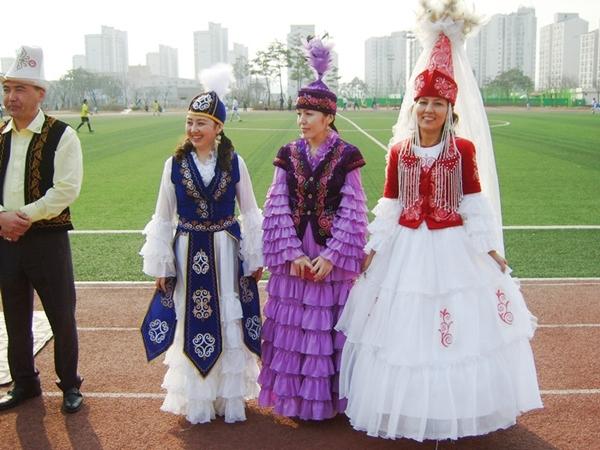 전통의상 키르키즈스탄의 전통의상을 입은 여인들