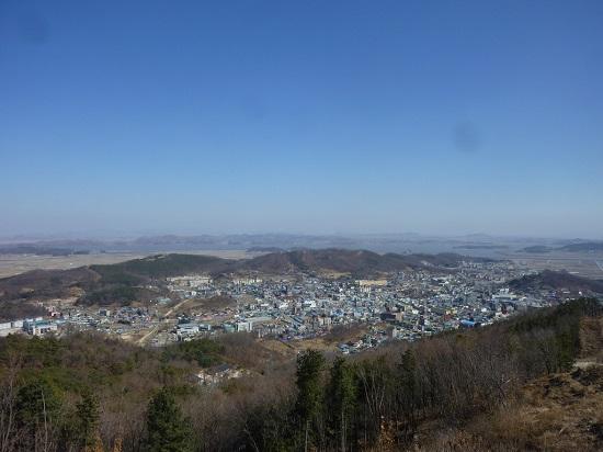 남산에서 바라본 강화읍 모습. 고려궁지 뒤의 북산과, 바다 너머 황해도 개풍군이 건너다 보입니다(3월 5일 촬영).