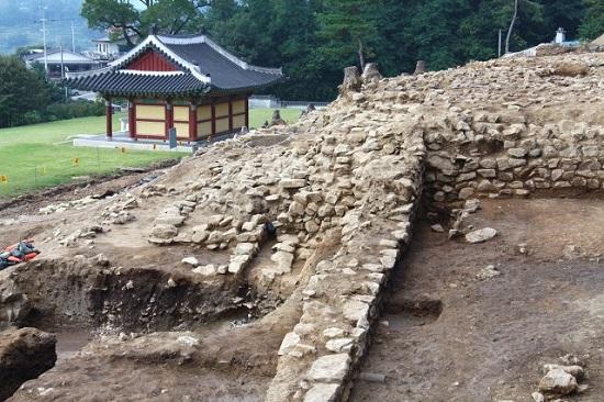 고려궁지 안에 있는 외규장각 뒤의 빈 터를 발굴 조사중입니다.(2009년 9월 춸영)