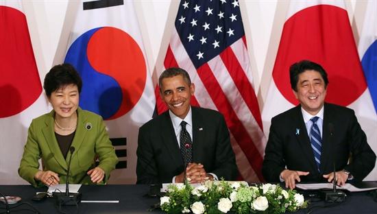밝은 표정 한미일 정상  박근혜 대통령, 버락 오바마 미국 대통령, 아베 신조 일본 총리가 25일 오후(현지시간) 네덜란드 헤이그 미대사관저에서 한미일 정상회담을 하고 있다.