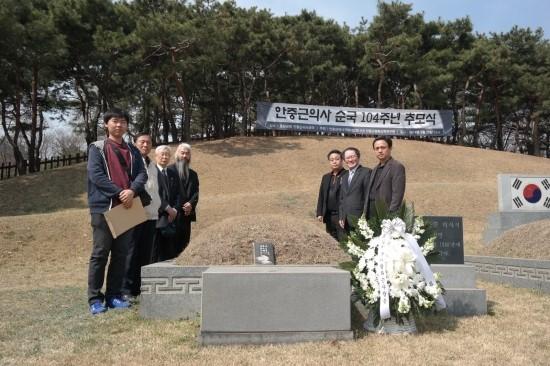 안중근 의사 가묘 헌정식 안중근 의사의 가묘가 있는 효창원을 찾아 헌정식을 치르고 기념사진을 촬영한 관계자들