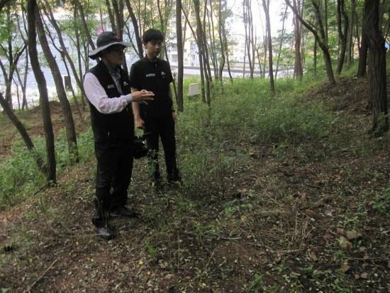 안중근 의사 유해매장추정지 안중근 의사의 유해매장추정지인 '뤼순감옥구지묘지'를 답사하는 안태근 교수
