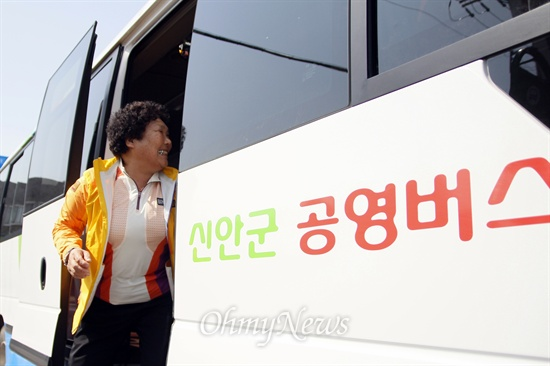 전남 신안이 전국 최초로 2007년부터 65세 이상 노인에게는 요금을 받지 않는 '무상버스'를 시행 중인 가운데 28일 한 할머니가 버스에서 내리며 기사와 인사를 나누고 있다.