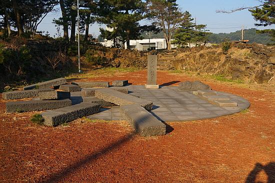 옴팡밭과 순이삼촌비 너븐숭이 학살의 한 현장, 널브러져 있는 비는 희생자들의 모습을 표현한 것이다