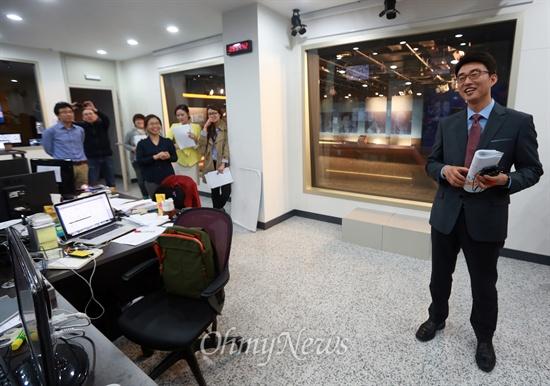 첫 방송 마친 노종면 앵커 미디어협동조합 <국민TV> '뉴스K'가 1일 오후 9시부터 1시간여 가까이 첫 방송을 무사히 마친 가운데 서울 마포구 합정동 보도국에서 노종면 앵커가 직원들에게 인사말을 하고 있다.