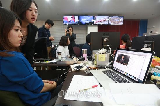 <국민TV> 첫 방송 지켜보는 보도국 직원들 미디어협동조합 <국민TV> '뉴스K'가 1일 오후 9시부터 첫 방송을 시작한 가운데 서울 마포구 합정동 보도국에서 직원들이 유튜브를 통해 생방송 되는 화면을 지켜보고 있다.