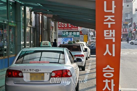 전남 나주시는 2009년 1월, 전국 최초로 '마을택시' 운행을 시작했다. 마을택시는 버스가 들어가지 않는 마을 주민이 공짜로 택시를 이용하는, 이른바 '무상택시' 제도였다. 28일 전남 나주 나주시외버스터미널 앞의 택시들이 줄지어 손님을 기다리고 있다.