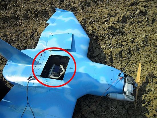 DSLR(캐논550D) 장착된 무인항공기 지난 3월 24일 경기도 파주에서 발견된 무인항공기. 제원은 날개 폭 1.92m, 동체길이 1.43m, 높이 55.7㎝, 중량 15㎏(연료 완충시)이며, 하늘색 바탕에 흰구름 문양 도색되어 있다. 동체내부에 사진/동영상 촬영을 위한 캐논550D(1800만 화소) 카메라가 보인다.