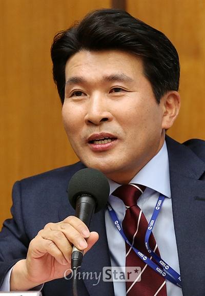 3일 오후 서울 여의도 KBS신관 국제회의실에서 열린 '2014 KBS TV 봄 개편 설명회'에서 <시사진단> 진행자인 황상무 기자가 질문에 답하고 있다.