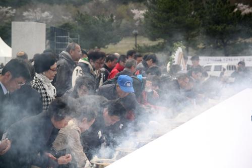 참배 공인들의 참배 후, 유가족들의 참배가 이어졌다