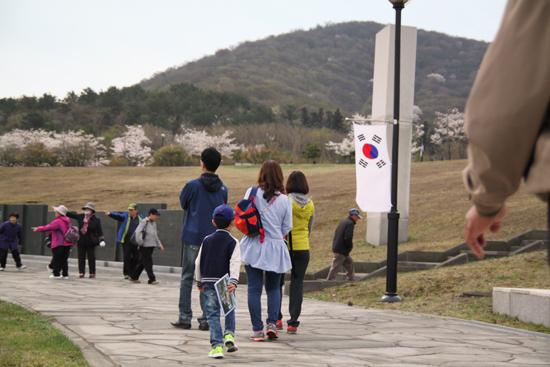 사람, 태극기, 벚꽃  4.3희생자추념식 날, 꽃이 핀 4.3평화공원을 가족과 함께 찾았다.