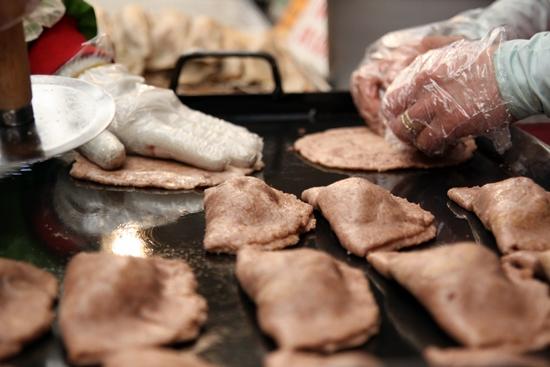 납작한 피에 팥을 올려 반으로 접어주면 수수부꾸미가 된다. 수수부꾸미는 재료에 따라 다양한 맛이 난다.