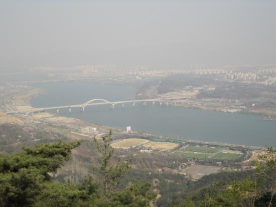 아차산에서 내려단 본 광나루와 암사대교.