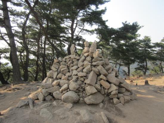 산 위의 돌탑.