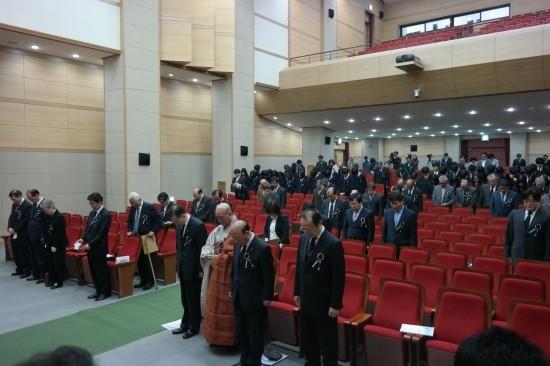 추모객들 운암 김성숙 선생 45주기 추모재에 참석한 추모객들이 고인을 기리는 묵념을 올리고 있다.