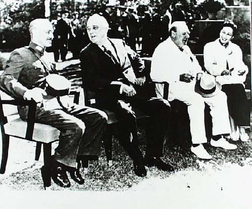 카이로회담에 참여한 3개국 영수 1943년 11월 카이로회담을 위해 모인 3개국 영수들 (왼쪽부터 중국의 장제스, 미국의 루스벨트, 영국의 처칠)