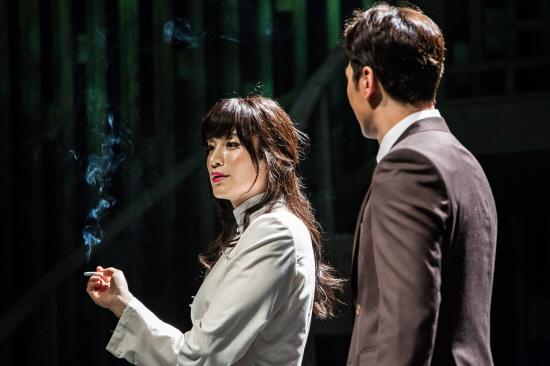 연극 <엠 버터플라이>는 송(김다현)과의 만남을 통한 르네(이석준)의 의식 변화에 중점을 두고 있다.