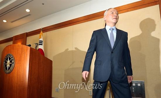 남재준 국가정보원장이 15일 서울 내곡동 청사에서 서울시 공무원 간첩 조작사건에 대해 대국민사과한 뒤 자리를 나서고 있다.