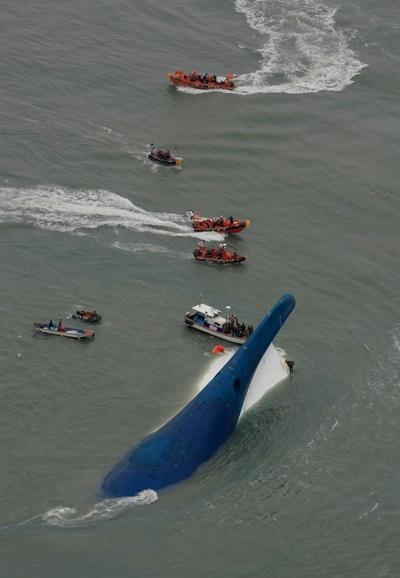 16일 오전 전남 진도군 조도면 병풍도 북쪽 20km 해상에서 여객선 세월호(SEWOL)가 침몰되자 해경 및 어선들이 구조작업을 펼치고 있다.