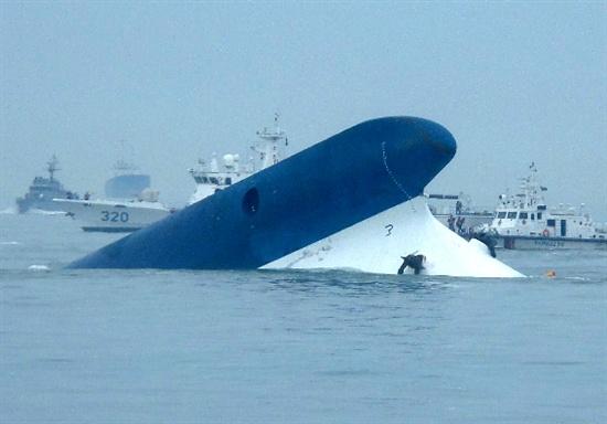 16일 오후 진도 인근 해역에서 침몰한 여객선 '세월호' 승객에 대한 수색작업이 진행되고 있다.