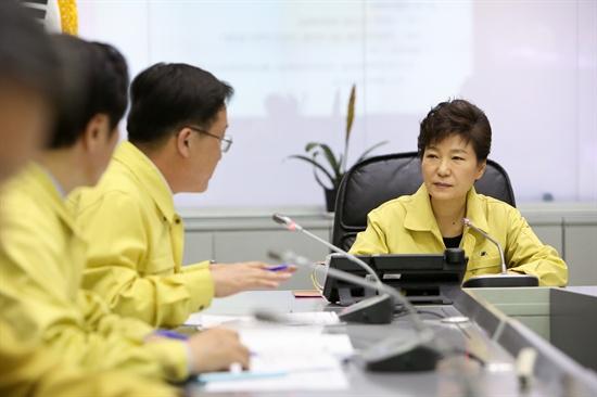 박근혜 대통령이 16일 오후 정부서울청사의 중앙재난안전대책본부를 찾아 전남 진도 해상에서 침몰한 여객선 세월호 사고 상황에 대해 보고 받고 있다.