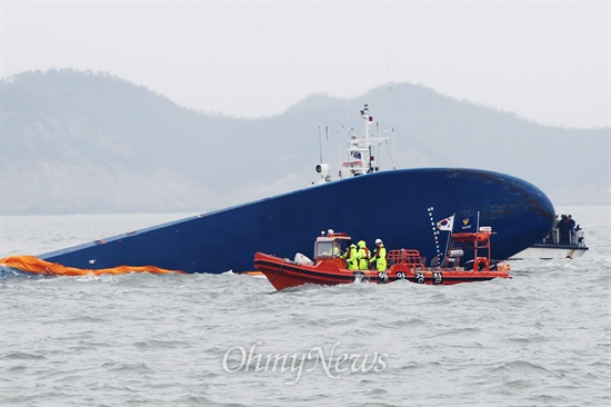 '세월호 침몰사건' 2일째인 17일 오전 전남 진도 인근해 침몰현장에 세월호 선수의 일부가 보이는 가운데 수색작업이 진행되고 있다.