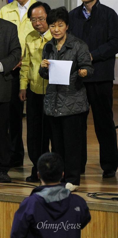 실종자 가족 질문 듣는 박근혜 박근혜 대통령이 17일 오후 전남 진도군 세월호 침몰 사고 피해자 가족들이 모여 있는 진도체육관을 찾아 피해 가족들의 요구사항을 듣던 중 한 실종자 가족이 박 대통령에게 질문을 하고 있다.