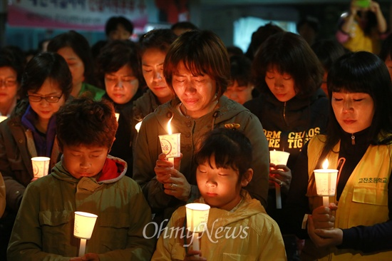 단원고 실종자 무사귀환 촛불기도회 17일 오후 경기도 안산시 단원고등학교에서 '세월호' 침몰사고로 실종된 학생과 인솔교사들의 무사귀환을 기원하는 촛불기도회가 안산지역 시민단체 주최로 열리고 있다.