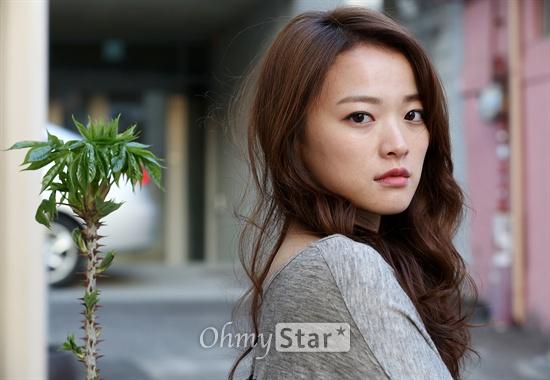 영화<한공주>에서 한공주 역의 배우 천우희가 8일 오후 서울 삼청동의 한 카페에서 오마이스타와의 인터뷰에 앞서 포즈를 취하고 있다.