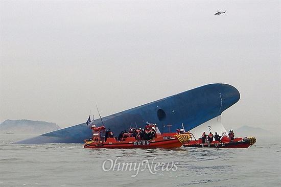 침몰한 '세월호' 16일 오후 진도 인근 해상에서 침몰한 인천발 제주도행 여객선 '세월호' 주위에서 수색 및 구조작업이 벌어지고 있다.