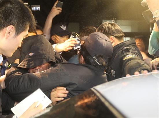 소환조사 마친 세월호 선장   17일 오후 전남 목포시 목포해양경찰서에서 2차 소환 조사를 마친 이준석 선장이 경찰과 함께 이동하고 있다.