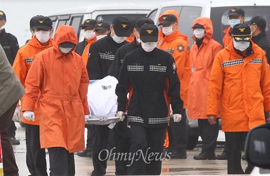 주검으로 돌아온 세월호 탑승자 세월호 침몰사고 3일째인 18일 오후 전남 진도 팽목항에서 침몰 현장에서 인양 된 시신을 구급차로 옮기고 있다.
