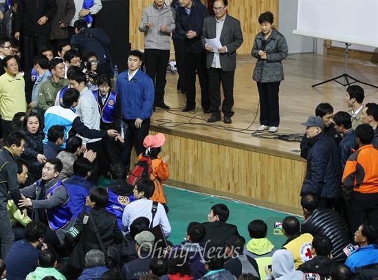 무릎 꿇고 애원하는 세월호 실종자 가족 박근혜 대통령이 17일 오후 전남 진도군 세월호 침몰 사고 피해자 가족들이 모여 있는 진도체육관을 찾아 피해 가족들의 요구사항을 듣던 중 한 실종자 가족이 무릎을 꿇고 호소하고 있다.