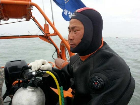 구조작업을 마치고 나온 모습 산업잠수사가 직업인 유지수씨는 잠수에 관한 한 전문 베테랑이다. 또 해경조종면허 시험관으로 활동 중인 그는 이번 사고현장에서 조카와 친구들을 구하기위해 SSU등 특수구조대원과 침몰된 세월호에 투입되어 통로를 만들고 인명구활동을 펼치고 있다.