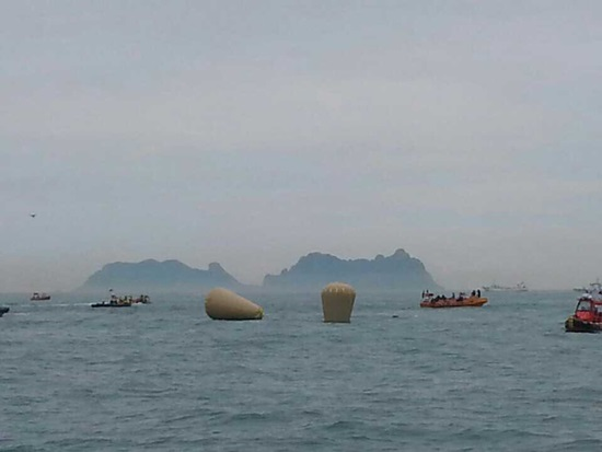 18일 오전까지 선수가 바다에 떠 있었는데 유속과 하중으로 7m까지 배머리가 잠겼고 그 자리에 부표가 떠 있다.