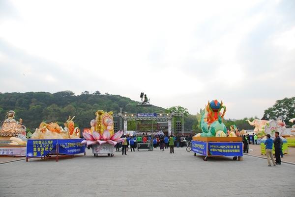 장엄등 행궁광장에 마련된 기원대법회장 주변을 장엄들이 에워쌓고 있다