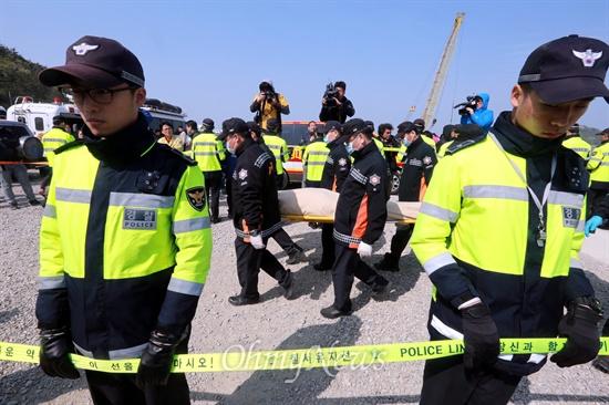 세월호 희생자들 팽목항 도착 '세월호 침몰사고' 6일째인 21일 오전 사고현장에서 발견된 시신들이 전남 팽목항에 도착한 뒤 가족확인실로 옮겨지고 있다.