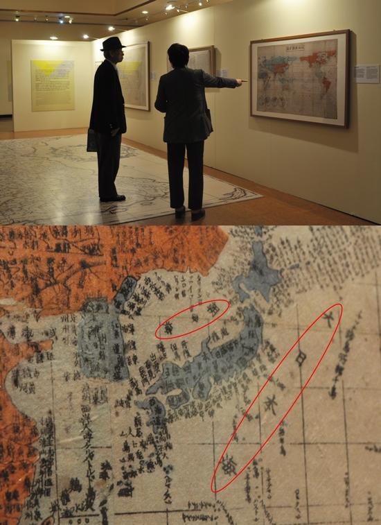 (상)김 관장이 일본인이 그린 지도 중 지구만국방도를 가리키며 설명하고 있다.(하)지구만국방도 부분 확대. 조선해와 대일본해라 쓰여있다.