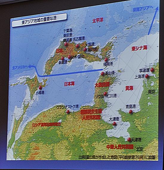 이 전 장관은 지도를 거꾸로 놓고 볼 때 한국이 파란선을 따라 왼쪽으로 북아메리카, 위쪽으로 동남아시아로 향하는 거점이 될 것이라 했다.